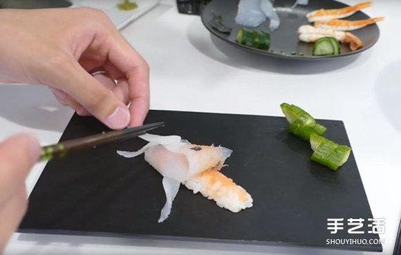 將醋飯捏成想要的大小,依序放上香辣鱈魚子、海苔 ...