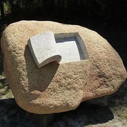 巧手打造的石雕作品 被赋予滑顺又自然的曲线