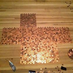 几万个一分钱硬币铺成地板 金闪闪的好土