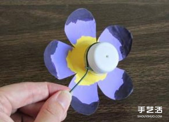 最后用铁丝按照上图这样缠住矿泉水瓶的瓶口,一朵可爱手工小花就制作图片