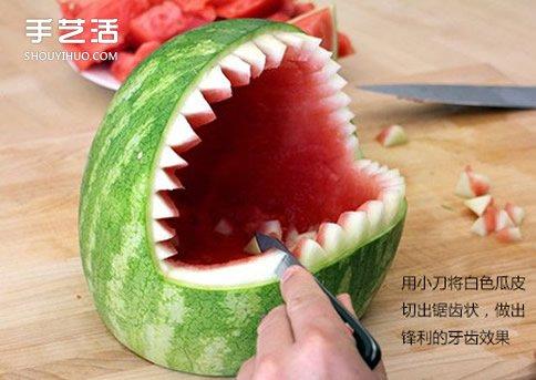 简单西瓜雕刻摆成鲨鱼果盘的制作方法教程