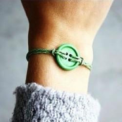 儿童手链怎么编 简单带纽扣手链编织方法图解