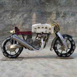 旧手表改造摩托车模型的手工作品图片