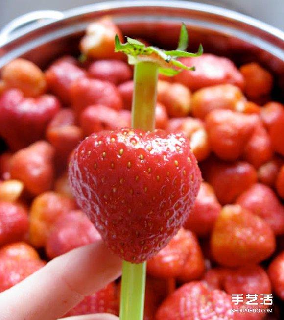 如何簡單快速去除草莓蒂頭 只要一根吸管就OK