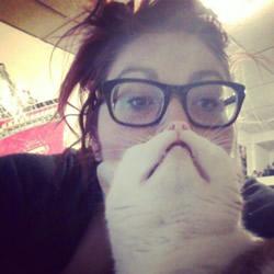 好笑的自拍照片 利用宠物猫拍出可爱大胡子