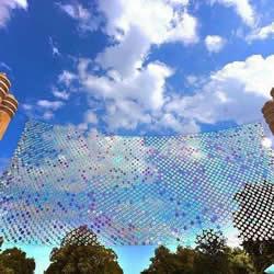 六千片废弃CD光盘拼成的巨型虹彩挂帘