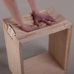 木头凳子也懂心软 顺着压力就凹陷的松木凳子