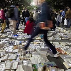 白昼之夜:一万本书流落多伦多街头的艺术活动