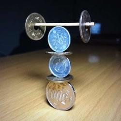 超牛平衡术表演 硬币平衡游戏这么玩才够强!