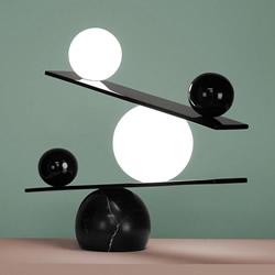 黑白之间的巧妙平衡 灯具魔术师的平衡台灯设计