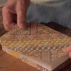 """传奇手艺""""寄木细工"""":木块拼花纹后刨成薄纸"""