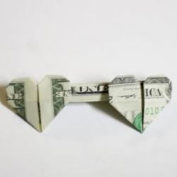 心连心折纸方法图解 一美元折纸连体爱心教程