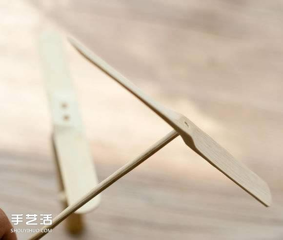 """竹蜻蜓是一种中国传统的民间儿童玩具之一,在日本动画片《哆啦A梦》里也能见到它的出场。竹蜻蜓由两部分组成:竹柄和""""翅膀""""。玩时,双手一搓,手一松,竹蜻蜓就会飞上天空,旋转一会儿后才落下来。分享简单手工DIY制作竹蜻蜓的方法,小伙伴们一起来看看吧~"""