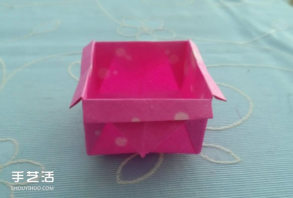 """简单的儿童折纸盒子教程,小巧可爱!很想放点什么进去,让它发挥弱弱的小功能呢(^o^)/~喜欢的话,来跟着下面的图解折一个吧,一点点时间就好! 1.首先在正方形纸上折出""""米""""字折痕"""