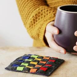 编织风毛毡杯垫DIY 用毡布制作彩虹杯垫教程