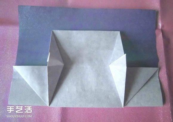 买到好看的包装纸,我们能拿它做什么呢?哦,对了,折个钱包!这个钱包适合用硬而结实、表面带有防水压膜的包装纸折制。折得小一些,可以作为零钱袋使用,折得大一些,可以作为收纳各种各样的卡片、票据的容器,折得再大一些,配上合适的拎带,甚至可以作为女士的手包。它的折法不难,只要纸张裁得规整,折制时认真仔细,做出来的包包就会显得很有品位,将它赠送亲友,也是一件有趣的小礼物。 折这个钱包,需要一张长方形的纸,长宽比在1:2.