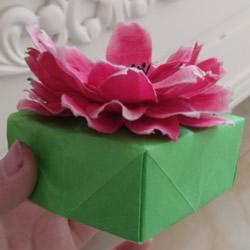 正方形礼品盒的折法 带花朵礼品盒折纸图解