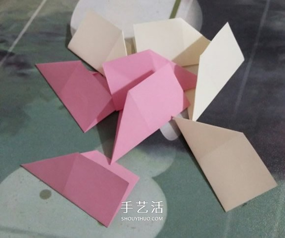 简易圣诞花环折纸图解 幼儿折圣诞花环的折法