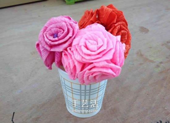 手工皱纹纸玫瑰花做法 玫瑰花皱纹纸花的折法