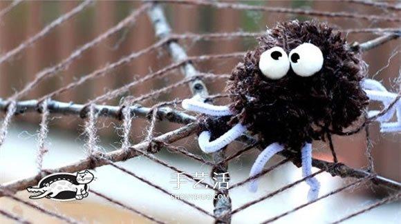"""万圣节是西方国家的传统节日,据说这一夜是一年中最""""闹鬼""""的一夜,所以也叫""""鬼节""""。如今人们都把万圣夜看作尽情玩闹、讲鬼故事和互相吓唬的好机会。 分享一个简单又可爱蜘蛛网的手工制作教程,捡一些枯树枝,再准备一些棉线、扭扭棒、活动眼珠等就可以做出来。"""