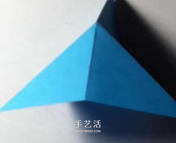 纸艺大全 折纸大全 折纸飞镖  沿着上面折出的下部对角线,将三角形向