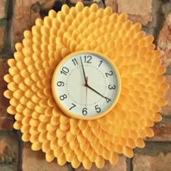 一次性勺子手工制作漂亮的野菊花挂钟图解