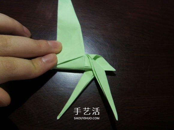 手工鹤舞折纸图解教程 立体纸鹤的折法过程(2)