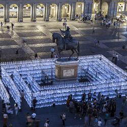 15000塑料瓶围成迷宫 展现每日惊人的废物丢弃