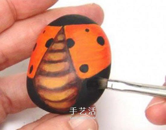石头画七星瓢虫的教程 简单七星瓢虫石绘图解 -  www.shouyihuo.com