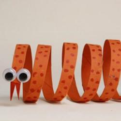 幼儿手工制作小蛇方法 卷纸筒废物利用做小蛇