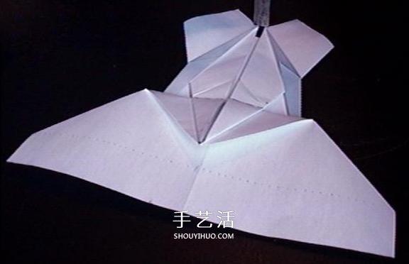 想要锻炼自己的动手能力吗?想让别人为你的折纸佩服得五体投地吗?那就快来一起学习下面的纸飞机吧。可千万别小瞧了纸飞机的制造,要想折叠一个好看又能飞得高飞得远的纸飞机可不容易呢!复仇者纸飞机一定能让你大吃一惊呦,虽然有小小的难度,只要一步一步来,相信你一定会学会的,千万不要放弃哦~完成后,就能和小伙伴比一比,看谁的纸飞机能飞的最远呢!