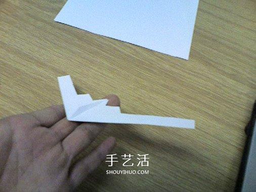 """仿真纸飞机的折法图解之B-2""""幽灵""""。看见了吗,是不是觉得很酷呢?是不是很想马上拥有它?这款纸飞机造型非常独特,这就决定了它拥有与众不同的能力,和其他的纸飞机比起来,它灵活又小巧,非常轻盈。这款纸飞机的原型B-2轰炸机有一个非常厉害的作用--能隐身呦。是不是很厉害,接下来就带你们去看看它的奥秘吧!"""