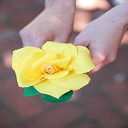 皱纹纸玫瑰花的做法 皱纹纸简单制作玫瑰花