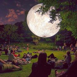 不一样的赏月体验! 巨型月亮装置艺术作品