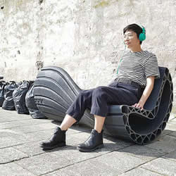 从垃圾袋变成好玩的摇椅 废弃塑胶的废物利用