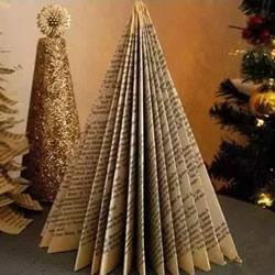 废旧书做圣诞树的方法 简单折叠一下就完成啦