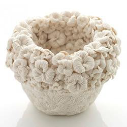 感受手作的精巧 以花草形象堆迭出立体瓷器