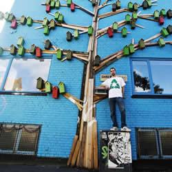 回收木头打造彩色鸟屋 让鸟儿找到栖息之地