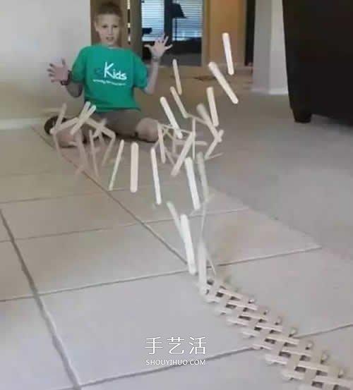 雪糕棍做多米诺骨牌 一同来玩风趣多米诺游戏 -  www.shouyihuo.com