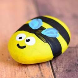儿童鹅卵石画蜜蜂教程 简单鹅卵石蜜蜂的画法
