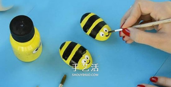 儿童鹅卵石画蜜蜂教程 简单鹅卵石蜜蜂的画法 -  www.shouyihuo.com