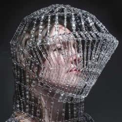 脆弱玻璃打造骑士头盔 带出强烈的工艺之美!