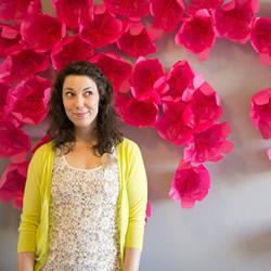 把春天藏在家中 用棉纸手工制作花朵装饰墙壁