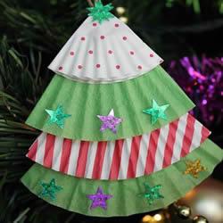 简单蛋糕纸圣诞树制作 幼儿蛋糕纸做圣诞挂饰
