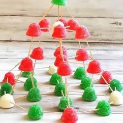 亲子益智小游戏:用软糖和牙签搭建圣诞树