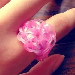 怎样用橡皮筋编织戒指 编成漂亮的花朵造型