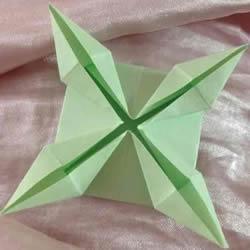 简单花萼的折法图解 搭配到纸花上更好看!