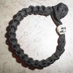 男士伞绳手绳的编法 简洁阳刚男手链编织图
