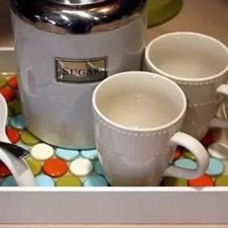 瓶盖废物利用 把木托盘改造成泡茶垫子的方法