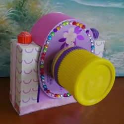 幼儿园手工作品图片 废物利用做的漂亮相机